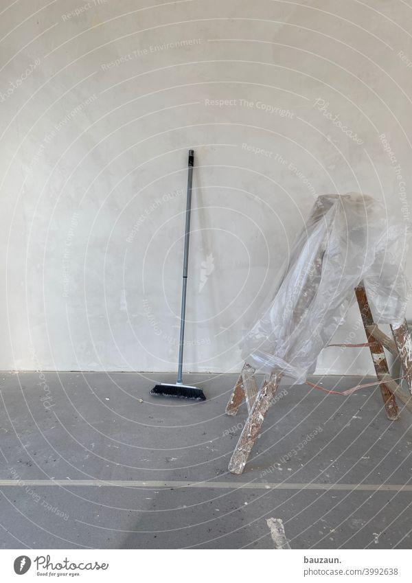malen. Handwerk Anstreicher Wand Laufmasche Besen Besenstiel Folie Klebeband Baustelle Renovieren Arbeit & Erwerbstätigkeit Handwerker streichen Menschenleer