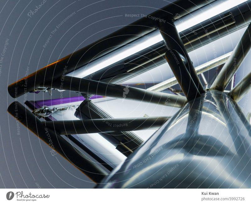 futuristische, weiße, metallische Straßenlaterne/ Werbeschild von unten nach oben aufgenommen Surrealismus Licht Straßenleuchte Lichtmast Laternenpfahl