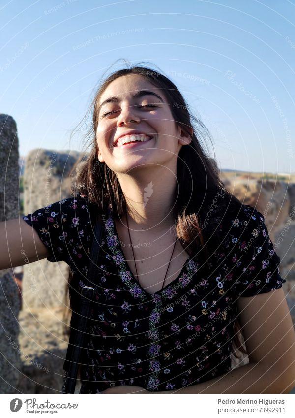 Mädchen lächelnd und lachend Gesundheit Leben Frau im Freien träumen Sommer Kaukasier Freude Person Himmel Natur sich[Akk] entspannen Teenager Lifestyle hübsch