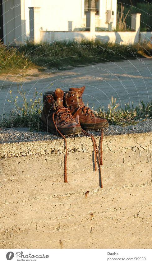 Sonnenbad Mauer Schuhe wandern Europa Pause Griechenland Wanderschuhe Korfu