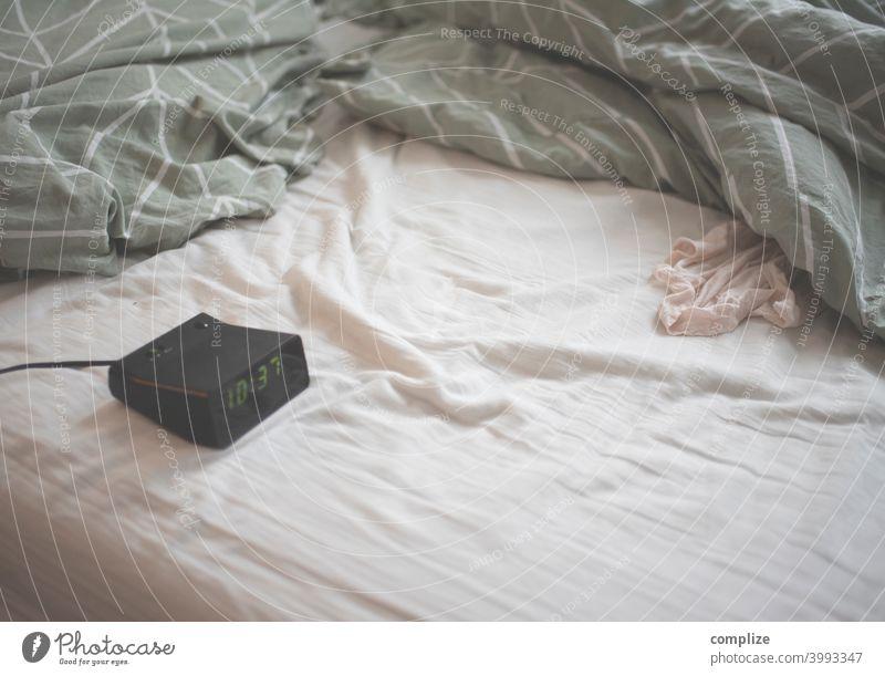 Langschläfer LED Wecker ausschlafen Arbeitslosigkeit led Uhr Uhrzeit Bett Sex Bettdecke led wecker 70er retro Vintage bettgeschichte liegen Doppelbett Morgen