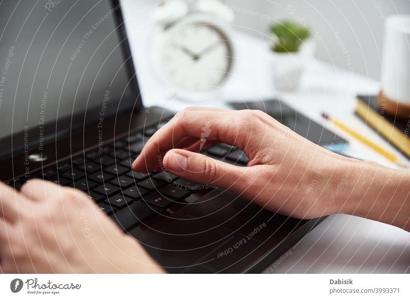 Frau tippt auf Laptop-Tastatur. Freiberufliche und Remote-Arbeit freiberuflich Business Lernen Notebook Computer Idee Unternehmen kreativ online planen Internet