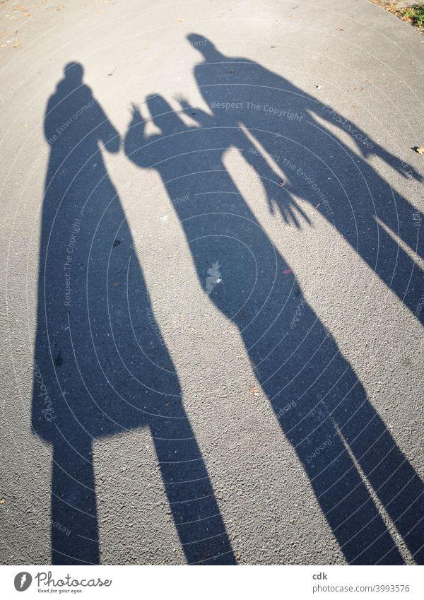 Schattenspiele II Familie Menschen drei drei Personen Mutter Vater Kind Interaktion Kommunikation Mimik Gestik spielerisch draußen Straße Abbild Projektion