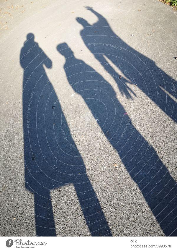 Schattenspiele I drei Personen Familie Mutter Vater Kind Straße spielerisch unterwegs Gestik Mimik sozial Interaktion Kommunikation Miteinander