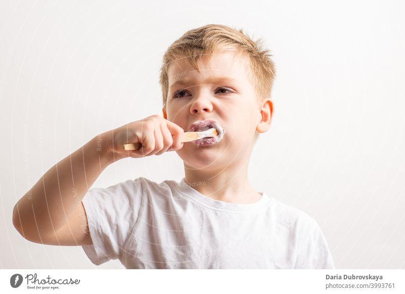 Junge beim Zähneputzen mit einer Bambuszahnbürste Gesundheit Lifestyle Porträt Kindheit niedlich jung Pflege dental Lächeln Zahnbürste Glück Kaukasier mündlich