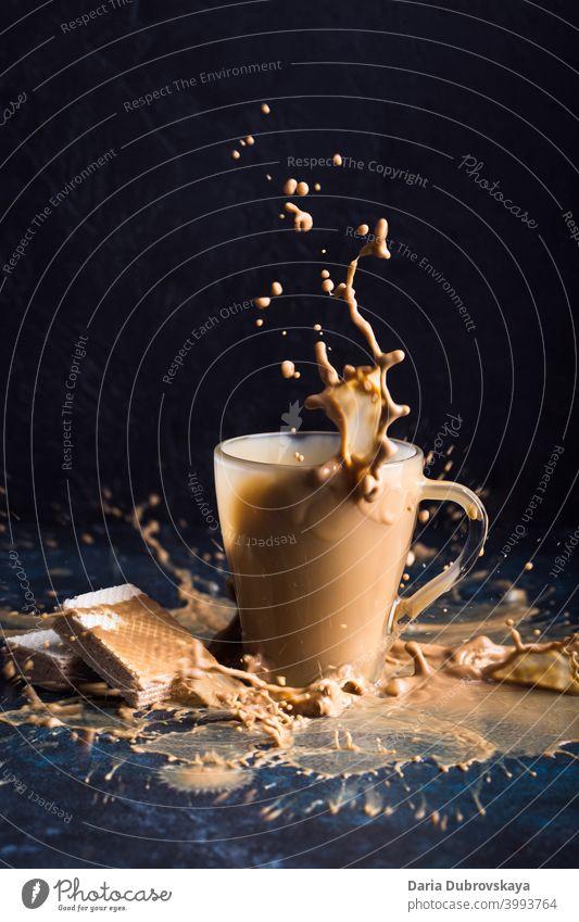 Spritzer Kaffee mit Milch Tasse platschen süß frisch Hintergrund trinken melken schwarz cool Glas niemand Getränk Koffein kalt Schokolade Detailaufnahme