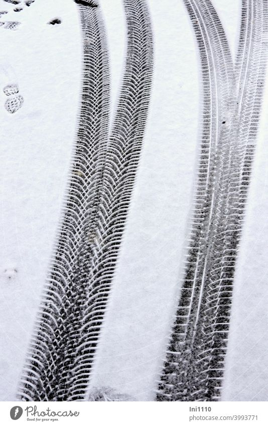 Spuren von unterschiedlichen Reifenprofilen im Schnee Profil Fußabdruck Winter Gabelung Abdruck Struktur Reifenabdruck kalt Straße schneebedeckte Straße