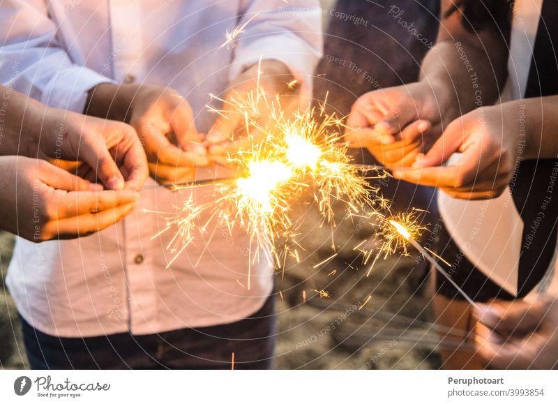 Wunderschöne Wunderkerzen in Menschenhand, Weihnachten und Neujahrskonzept. Hand Licht Hintergrund Feier Abend Beteiligung Nacht Feuerwerk abstrakt Geburtstag