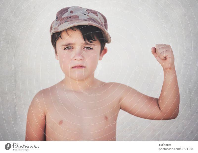 Trauriges Kind mit geschlossener Faust Freiheit Revolution Krieg Widerstandskraft Kundgebung Aussiedler Flüchtlinge Regierung gestikulieren Familie Konflikt