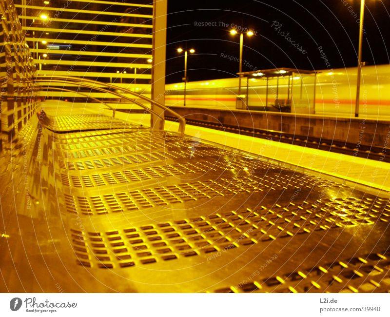 Don´t Miss The Train Eisenbahn Nacht Langzeitbelichtung Stimmung Bahnhof Bank Bewegung Metall