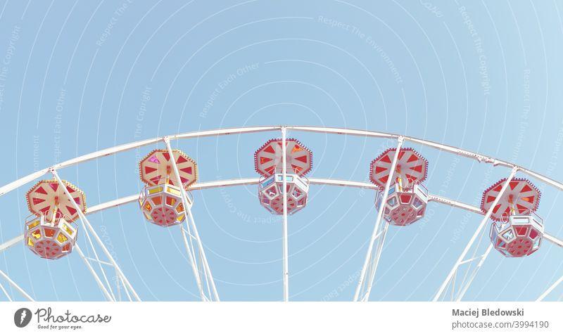 Riesenrad gegen den blauen Himmel. Spaß träumen retro Kindheit Gedächtnis Rad Mitfahrgelegenheit Vergnügungspark Sommer Entertainment altehrwürdig Konzept