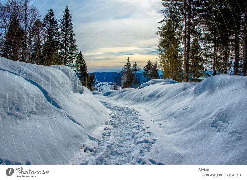 Spur im Schnee Landschaft Felsen Tal Natur im Freien Berge u. Gebirge Himmel Weg Gipfel reisen wandern blau Hügel alpin Ansicht Ambitus malerisch Panorama Fluss