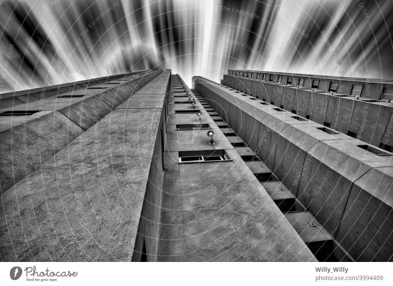Gebäude Zeitraffer in schwarz-weiß. Architektur Beton Himmel schwarz auf weiß Außenaufnahme São Paulo Straße aufschauend dunkel