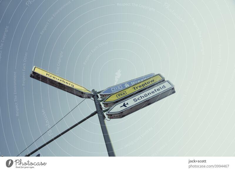 Pfeilwegweiser nach Treptow, Flughafen oder noch weiter Verkehrszeichen Richtung Zeichen Schilder & Markierungen Hinweisschild Wege & Pfade Wegweiser