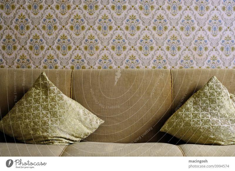 Altes Sofa mit Sofakissen und Mustertapete. Sechziger Jahre gelsenkirchener barock altmodisch altbacken deutsche wohnkultur 1960s 1960er jahre 1970s