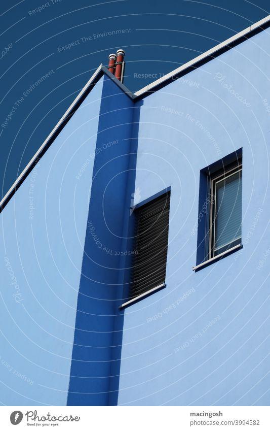 Blaue Häuserfassade vor blauem Himmel haus schatten kontrast mittag außenaufnahme menschenleer fenster blautöne geometrisch minimal minimalismus geometrie eckig