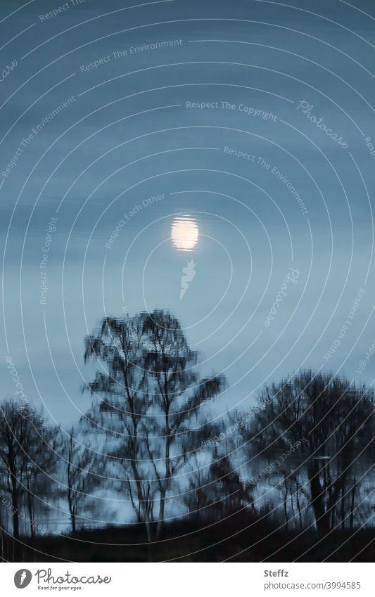 der Mond, scheibchenweise Mondaufgang Mondschein Mondnacht Mondlicht Vollmond Lichtschein Mondspiegelung Lichtstimmung Mondlandschaft geheimnisvoll unheimlich