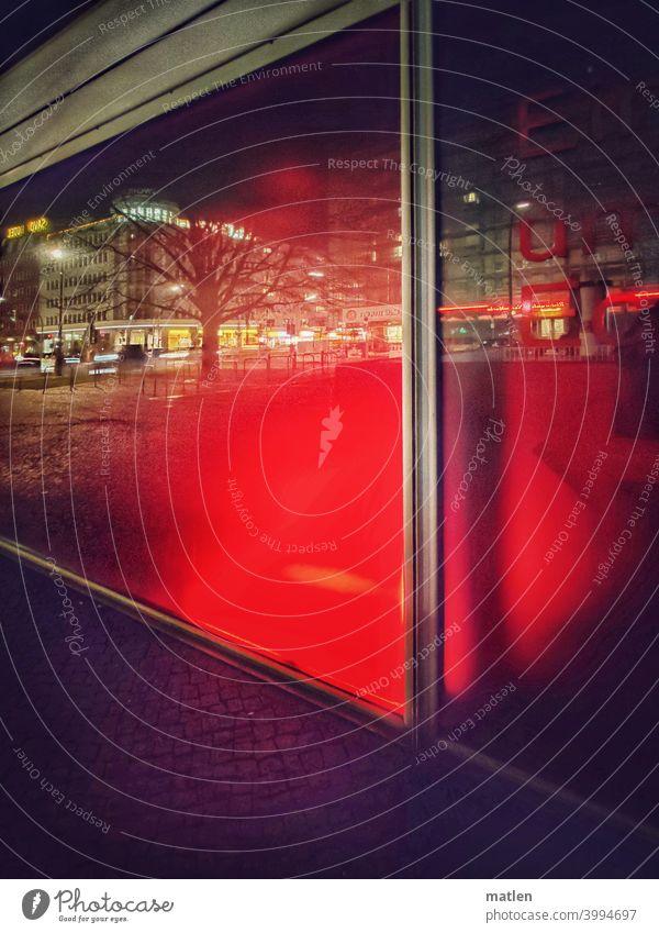 Innenstadt Berlin Schaufenster Reflexion & Spiegelung Nacht Lichter City Haus Rot dunkel Farbfoto Schatten Straße