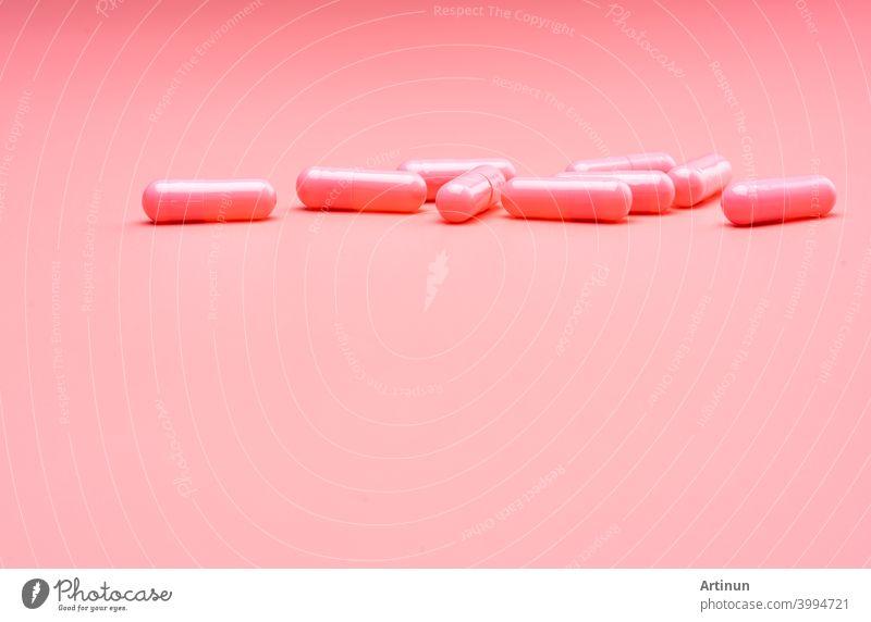 Rosa Kapsel Pillen auf rosa Hintergrund. Valentinstag Konzept. Pillen der Liebe. Behandlung und Pflege für die Liebe. Glücklicher Valentinstag. Apotheke Hintergrund. Pharmazeutische Industrie. Gesundheit und Medizin.