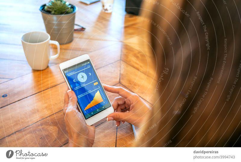 Geschäftsfrau sucht Handy mit Ethereum-Informationen unkenntlich Mobile Bildschirm Kryptowährung Büro Marktwert Überprüfung Hände Beteiligung Stromwert Telefon