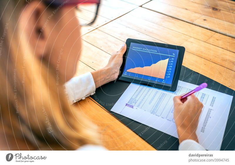 Geschäftsfrau analysiert die Marktentwicklung mit Tablet Investor Tablette Marktevolution Erfolg analysieren Dokumente alternative Geldanlage Bildschirm