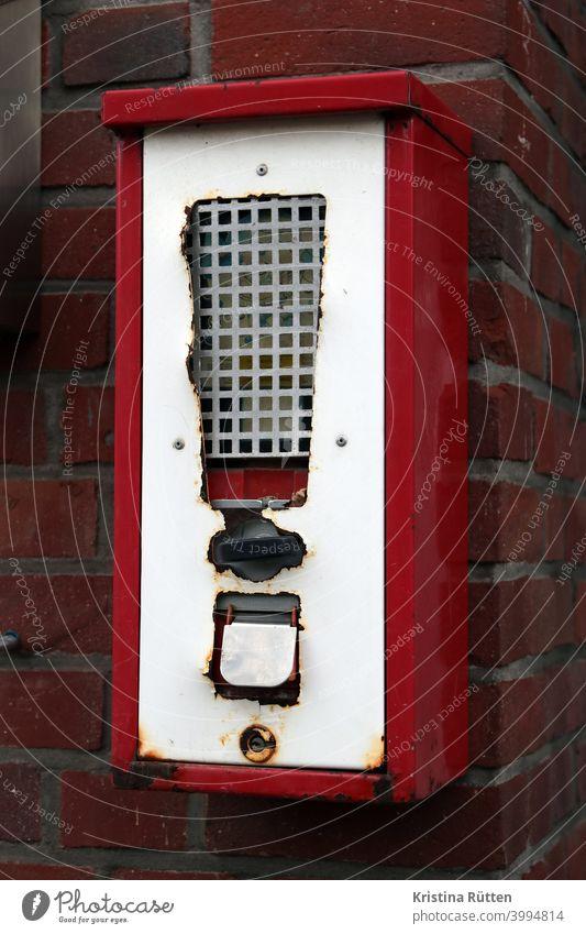 kaugummiautomat verkaufsautomat rot sichtfenster münzeinwurf drehgriff drehmechanismus ausgabe ausgabefach klappe hauswand fassade kaugummis süßigkeiten retro