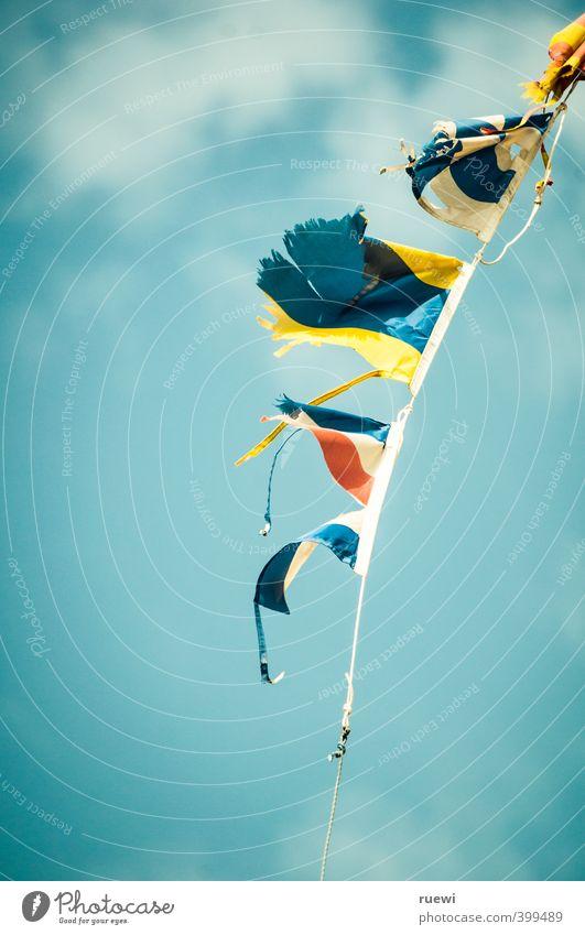 Fähnchen im Wind Himmel Ferien & Urlaub & Reisen blau Sommer Sonne Wolken Ferne Wärme Frühling Luft fliegen Freizeit & Hobby Wind Tourismus Schönes Wetter Seil