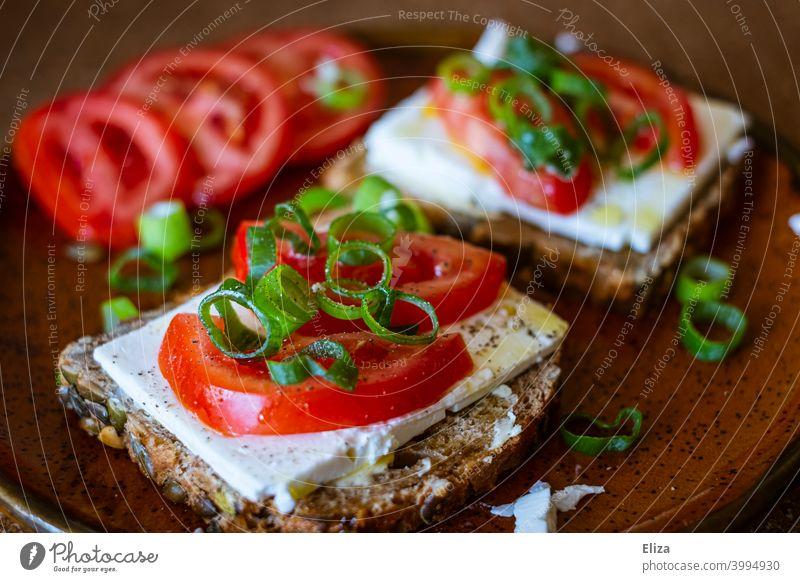 Gesunde Brotzeit und Snack: Vollkornbrot mit Feta, Tomaten und Frühlingszwiebeln Vegetarische Ernährung Essen frisch lecker vegetarisch Stullen Brotscheibe