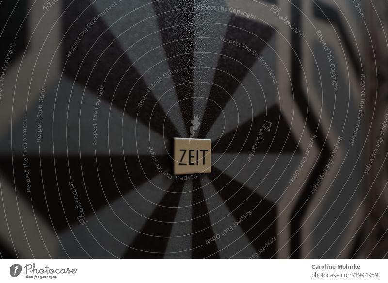 Das Wort ZEIT auf geometrischem Hintergrund Zeit Zahn der Zeit Typographie Detailaufnahme Großbuchstabe Schilder & Markierungen Vergänglichkeit retro