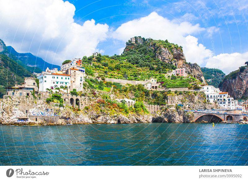Panoramablick, Luftsilhouette von kleinen Hafen von Amalfi Dorf mit winzigen Strand und bunten Häusern auf Felsen gelegen. Gipfel der Berge an der Amalfiküste, Salerno, Kampanien, Italien