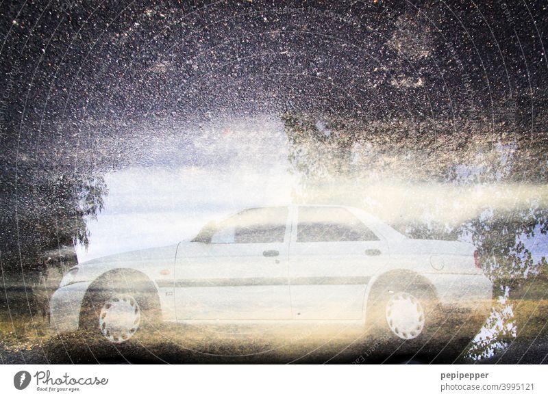 Auto in einer Pfütze Autofahren PKW Verkehr Fahrzeug Verkehrsmittel Straßenverkehr Verkehrswege Außenaufnahme Farbfoto Personenverkehr Mobilität Wege & Pfade