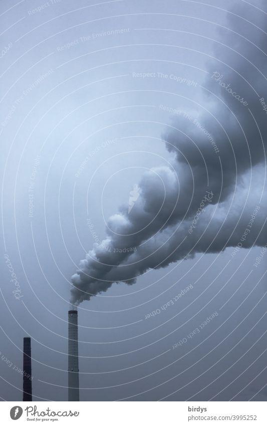 Rauchender Industrieschornstein.  Industrieschlot mit Rauchfahne industrieschornstein Luftverschmutzung Klimawandel CO2-Ausstoß Abgas Kohlendioxid