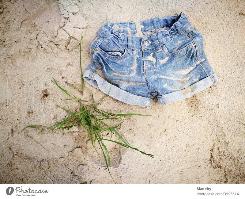 Kurze Jeans als Hot Pants im Sommer in den Ferien an einem einsamen Strand in Ostwestfalen-Lippe Denim Hose Shorts Mode Style Design Lifestyle Sonne Urlaub