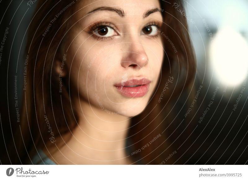 Porträt einer jungen, schönen, brünetten Frau Junge Frau hübsch langhaarig schlank Teenager 18-25 Jahre Jugendliche ästhetisch Identität Gesicht Frauengesicht