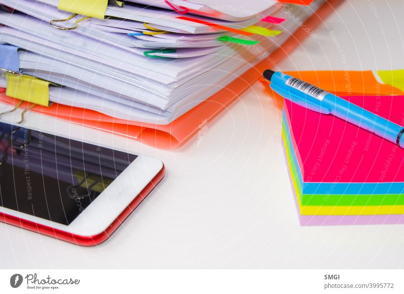 Nahaufnahme eines Stapels von Papier mit farbigen Post its und einen Stift. Konzept der Informationsüberlastung überladen Stress Business Bezugspunkt weiß