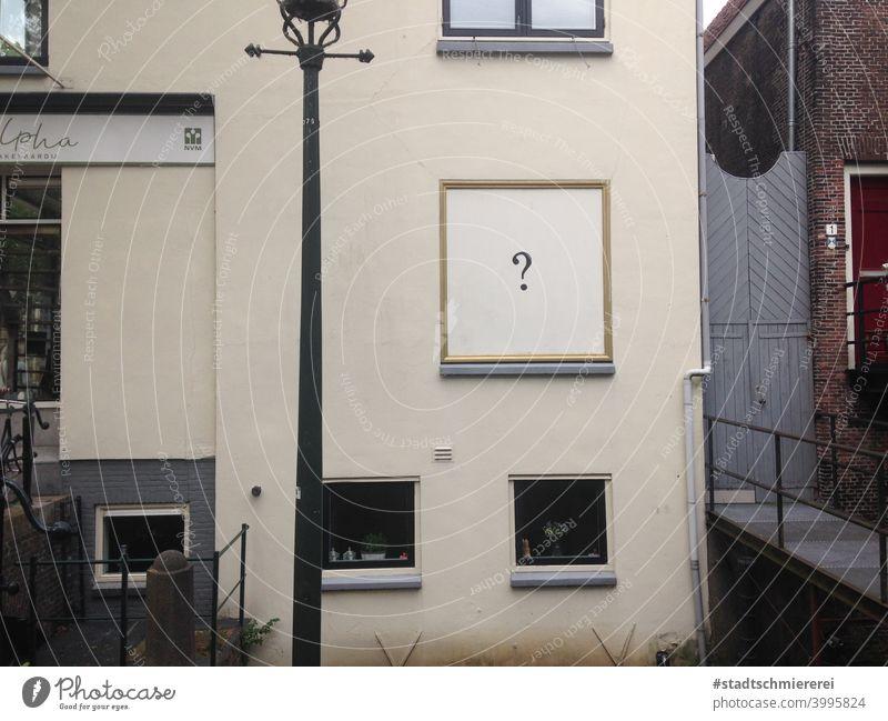 Fensterlos Fassade Fragezeichen Wand Außenaufnahme ? Schriftzeichen Tag Kommunizieren Menschenleer Farbfoto Fragen Neugier Zeichen