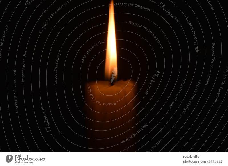 Illusion | Kerzenflamme Flamme Schein hell erhellen leuchten Licht Feuer Dunkelheit dunkel Doppelbelichtung beleuchten brennen verbrennen Wachs Advent Wache