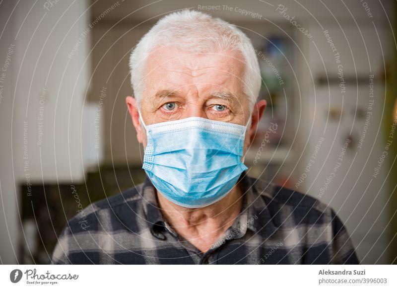 Älterer Mann mit Schutzmaske, der während der Pandemieabriegelung zu Hause bleibt. Erwachsener gealtert Unterstützung Atmung Pflege Coronavirus covid-19