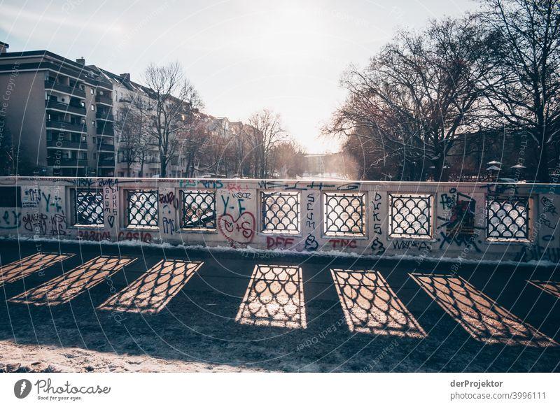 Brückenschatten im Winter in Kreuzberg/Treptow/Neukölln Mauer Wand trendy Licht Tag Textfreiraum Mitte Außenaufnahme Experiment Textfreiraum oben Berlin