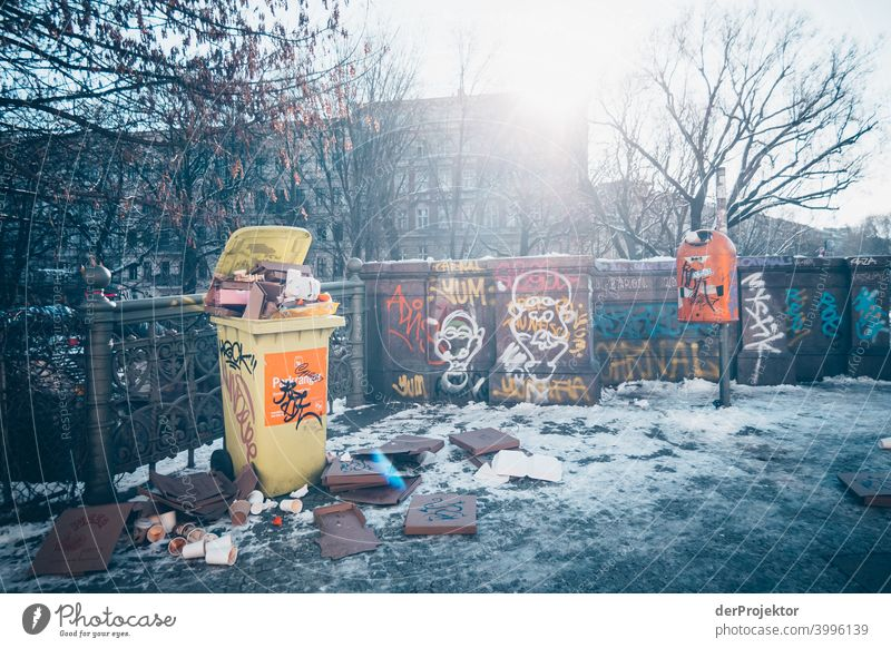 Admiralsbrücke mit überfüllter Mülltonne im Winter in Kreuzberg II Mauer Wand trendy Licht Tag Textfreiraum Mitte Außenaufnahme Experiment Textfreiraum oben