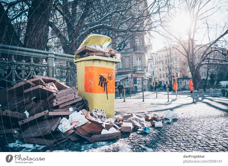 Admiralsbrücke mit überfüllter Mülltonne im Winter in Kreuzberg Mauer Wand trendy Licht Tag Textfreiraum Mitte Außenaufnahme Experiment Textfreiraum oben Berlin