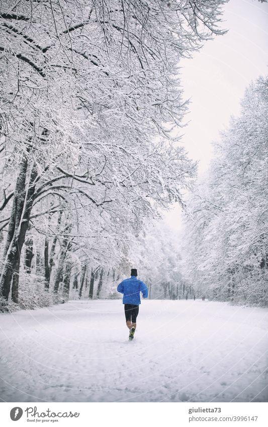 jetzt aber schnell... | Sportlicher Mann rennt durch verschneiten Winterwald eiskalt weißer Himmel wolkig Wintertag Wege & Pfade Im Freien draußensein Natur