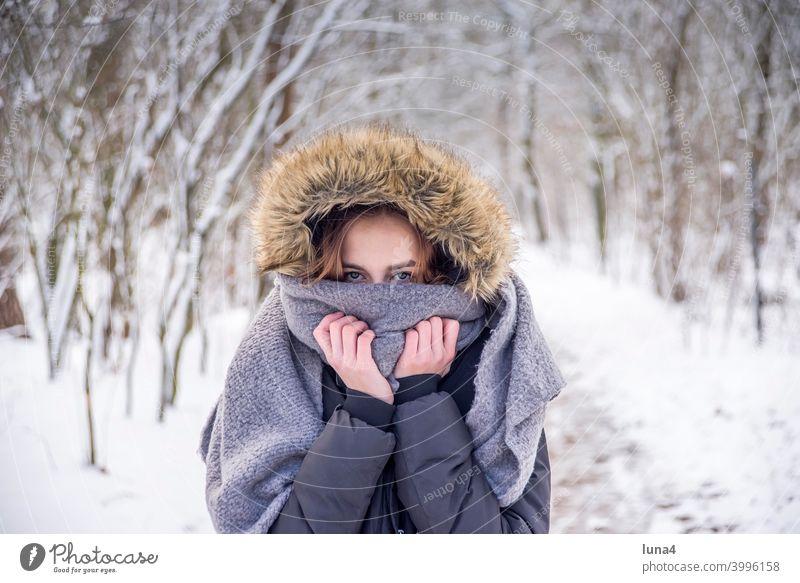 Mädchen friert im Winterwald Schnee Wald frieren Schal Mütze Kapuze Frost kalt ernst Baum Kälte Jugendliche warme Kleidung entspannt teenager spazieren