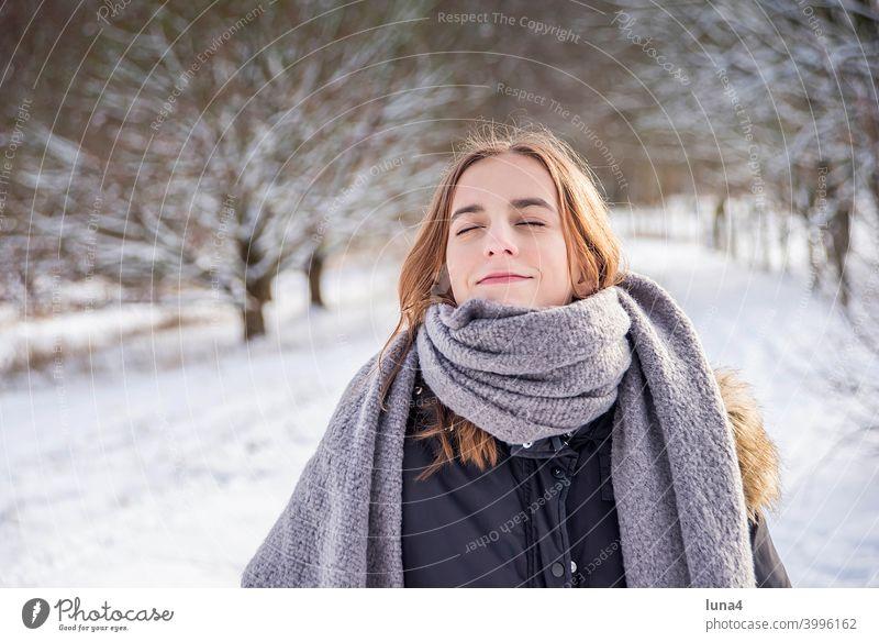 fröhliches Mädchen  genießt Sonne im Winterwald Schnee Wald Schal Frost genießen sonnen spazieren Spaziergang kalt Baum Kälte Jugendliche Erholung