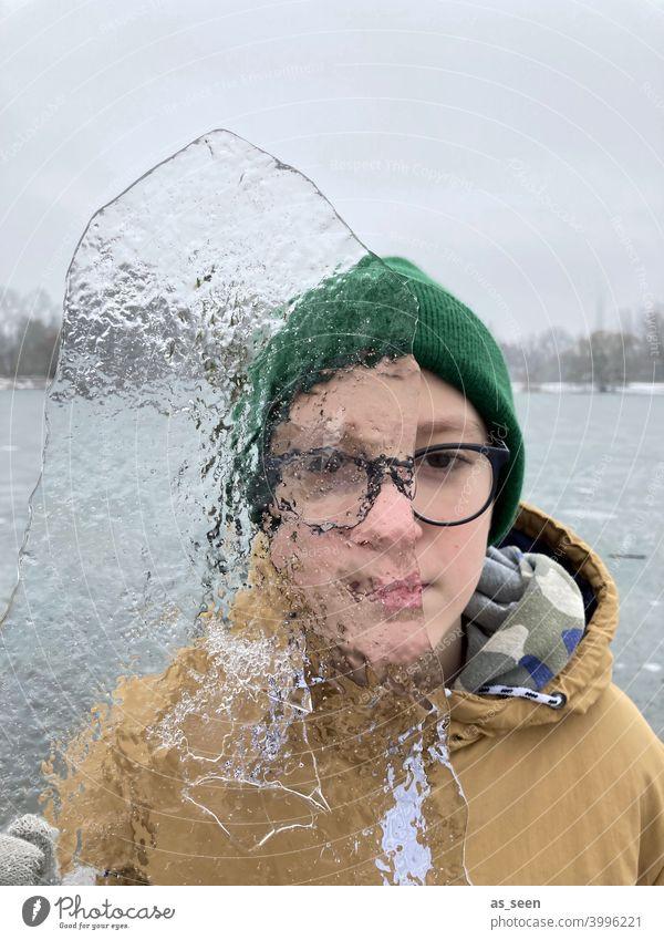 Durchblick Junge Eis durchsichtig kalt Winter Frost gefroren Schnee frieren Eiskristall Kristallstrukturen Natur Wasser Mütze See Handschuh Kindheit