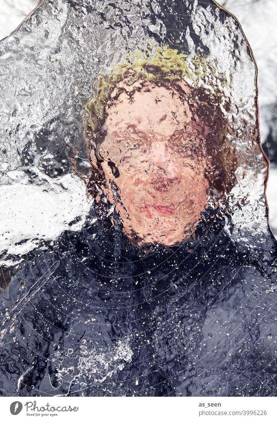 Frau blickt durch Eisscholle Durchblick verschwommen Auge Gesicht Mensch Erwachsene 1 feminin Blick durchsichtig Blick in die Kamera Kopf Tag Farbfoto Winter