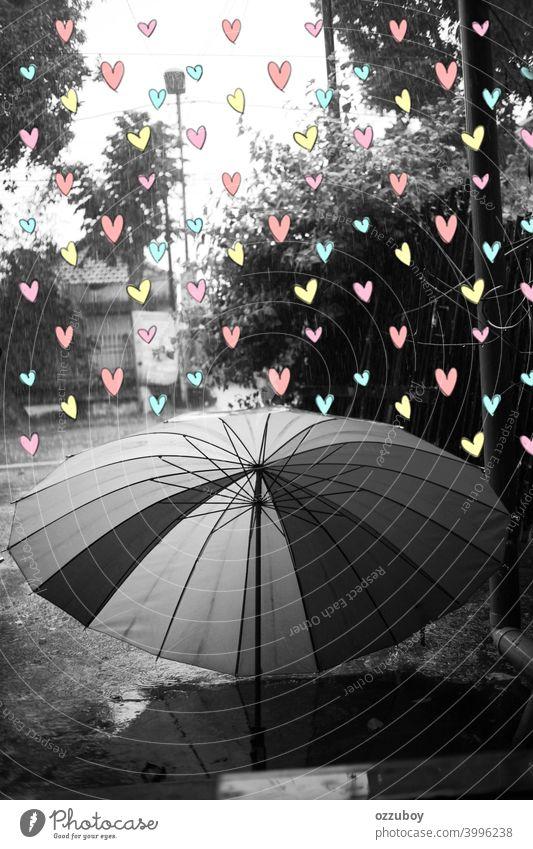 schwarz und weiß Regenschirm bei Regenzeit mit Farbe voller Liebe Wetter Saison nass regnerisch Tag im Freien Wasser Tropfen Hintergrund Natur Schutz