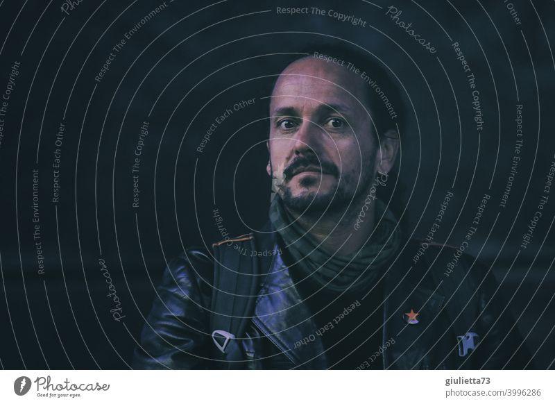 Porträt eines rebellischen Mannes mit Dreitagebart und Lederjacke, 40+, unangepasst, authentisch unangepaßt Rebell roter Stern Anarchie Antifaschismus Punk Bart