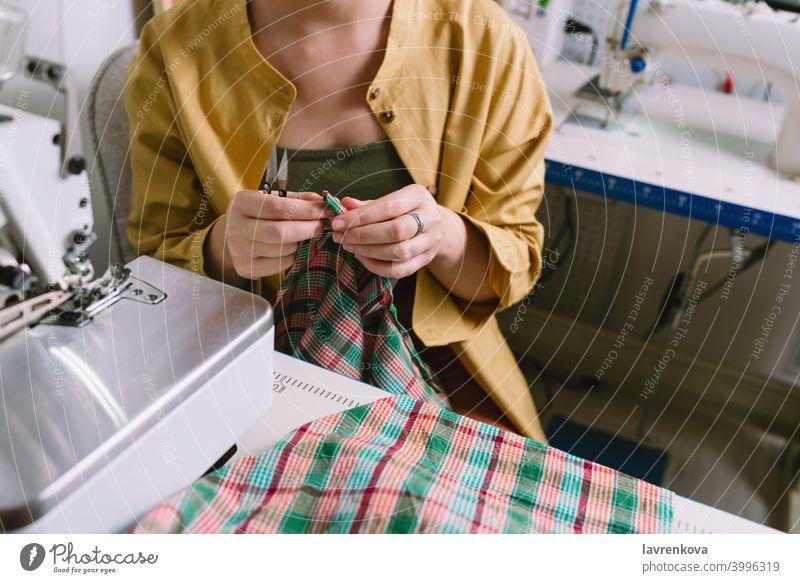 Gesichtsloses Porträt einer Schneiderin bei der Arbeit in ihrer Werkstatt Frau Mädchen Nähen Person Business professionell Beruf Job selbständig lässig Atelier