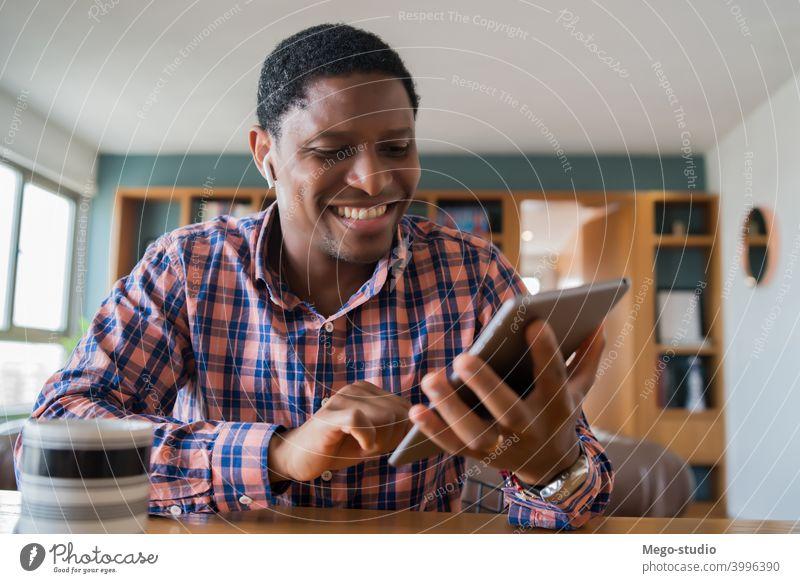 Mann arbeitet von zu Hause aus mit Tablet. heimwärts Büro digital Tablette Business Arbeit Technik & Technologie Homeoffice jung online Internet